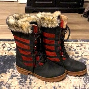 NWOT keen wapato winter red/bk boots, 10.
